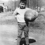 Nen jugant amb una pilota. 1962
