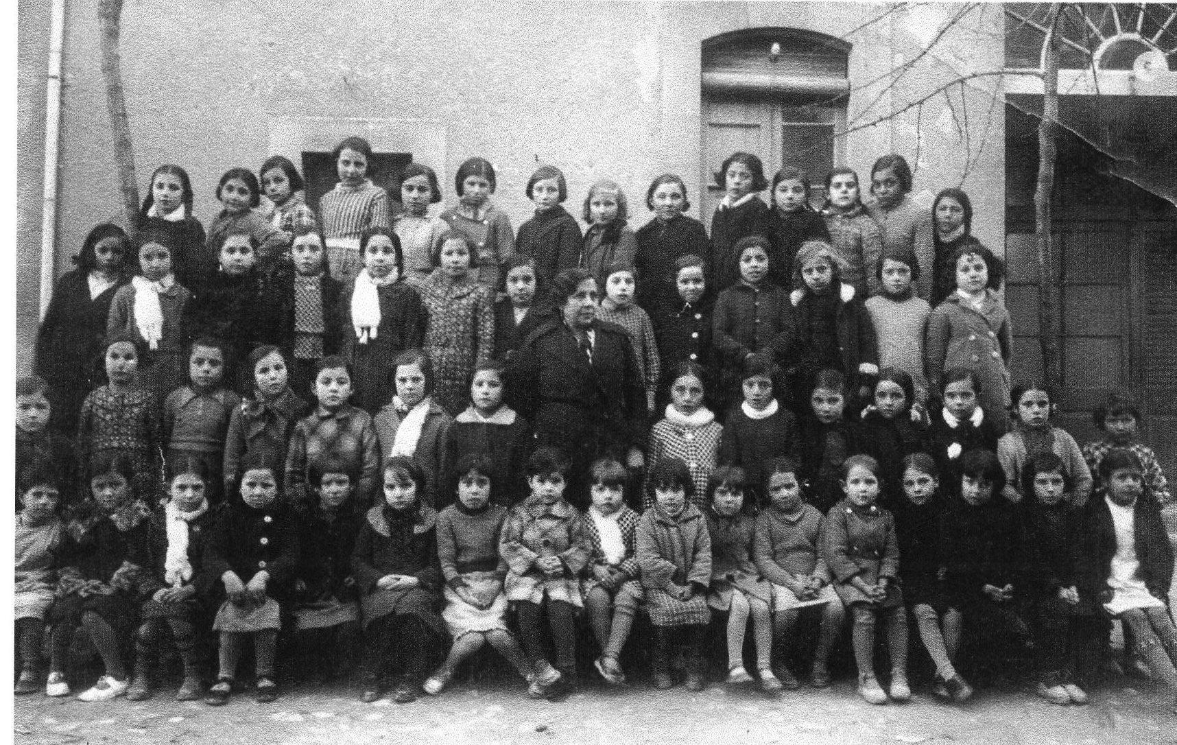 Nens escola davant de cal benetó-1935-37-ASSUMPCIÓ FONT (1)