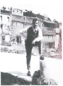 Aquí es veu un noi que està a Torrelavit, darrere  seu hi ha unes cases del Vilet.