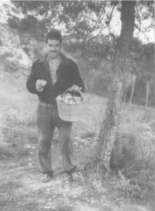 Aquest noi és diu Josep i en aquesta foto aproximadament té uns 35 anys. És pot veure que està al bosc de Torrelavit collin bolets i porta un cistell ven ple.