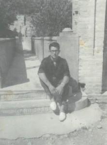 En aquesta fotografia hi ha una persona que esta asseguda al pont de les escoles de Torrelavit. El pont de les escoles ja estava mig fet, la foto està feta  l'any 1.965.