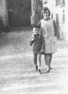 Són una mare i un nen  passejant en un carrer de Torrelavit, és el carrer  del Moli, és el carrer que va cap a l'escola, l'autor és desconegut.