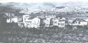 Aquesta foto és de Torrelavit al 1905, esta feta des de la muntanya de la Creu que hi ha al costat de Torrelavit, l'autor d'aquesta foto és desconegut.