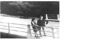 En aquesta foto hi ha una parella al pont del riu al mig de Torrelavit.