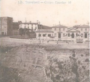 Aquesta és una foto de l'escola J.J. Rafols de Torrelavit de l'any 1958, la foto està feta des de el barri del Vilet . A la imatge podem veure una torre elèctrica, un barranc i una casa.