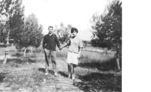En aquesta foto podem observar un noi i una noia agafats de la mà passejant pel bosc de Torrelavit. L'autor de la foto és desconegut.