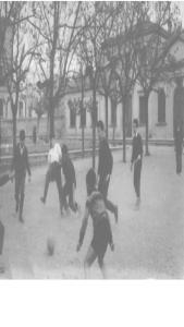 En aquesta fotografia és veu el pati de l'escola J.J. Ràfols de Torrelavit, hi ha uns nens a l'hora del pati jugant a futbol. Si us fixeu no tenen porteries , l'espai de la pista és molt gran i només hi ha nens, no hi ha cap nena.